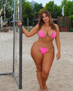 Curvy Hottie In A Bikini
