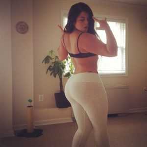 thick-babe-in-yoga-pants