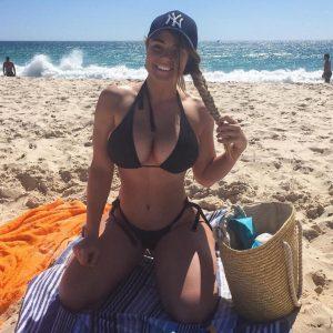 thick-busty-babe-in-bikini