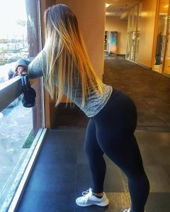 thick-girl-in-yoga-pants